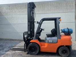 Toyota 02-7FGF30 (261) heftruck LPG triplex 3 ton
